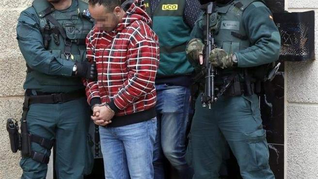 Uno de los detenidos por el asesinato del concejal de IU en Llanes (Asturias) Javier Ardines, es conducido por miembros de la Guardia Civil tras efectuar un registro en su domicilio de Bilbao.