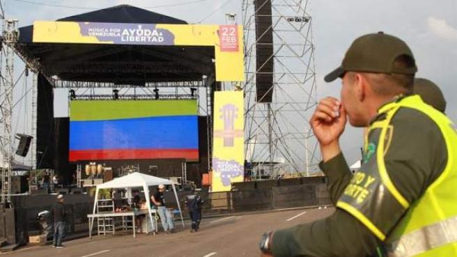 OIperarios trabajan en el montaje de la tarima para el concierto 'Venezuela Aid Live', en el puente fronterizo Las Tienditas, en Cúcuta (Colombia).