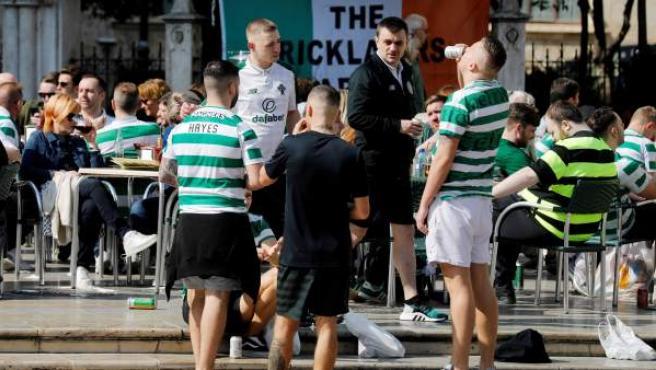 Aficionados del Celtic pasando el día del partido en Valencia