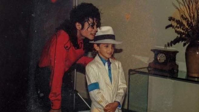 La estrella del pop Michael Jackson junto a un niño en una fotografía rescatada para el documental 'Leaving Neverland'.