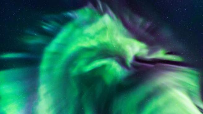 Una aurora boreal en forma de dragón verde aparece en el cielo nocturno de Islandia.