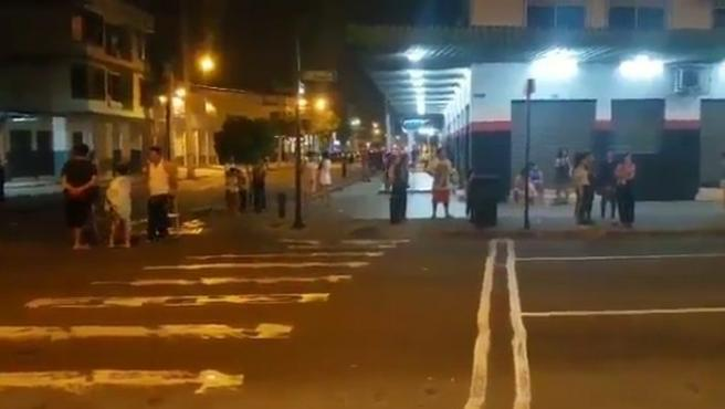 Gente en la calle tras el terremoto, de magnitud 7.7, que ha sacudido Ecuador en la zona con su frontera con Perú.