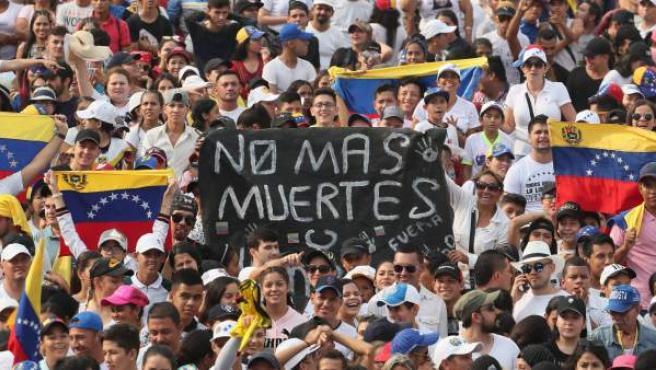 Cientos de personas en el concierto Venezuela Aid Live, en protesta contra el régimen de Maduro en Cúcuta (Colombia).