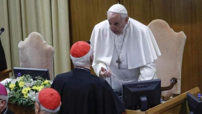 El papa Francisco conversa con un cardenal a su llegada, este viernes, a la segunda jornada de la reunión que se celebra en el Vaticano.