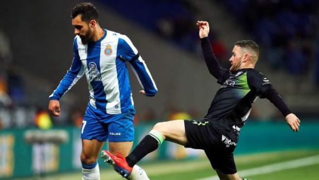 El delantero del RCD Espanyol, Borja Iglesias (i), intenta superar a Javi Galán, de la SD Huesca.