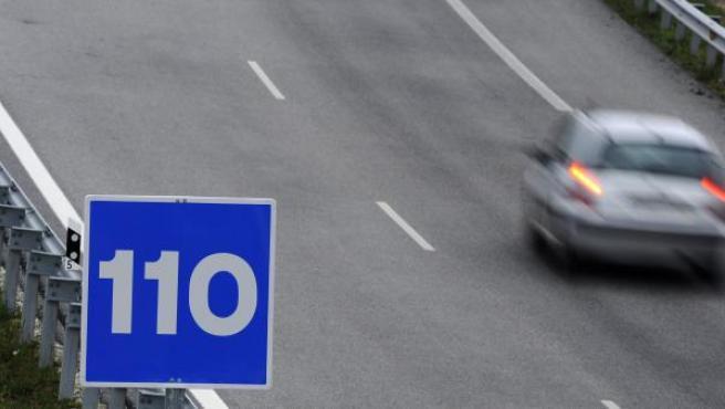 Una señal de tráfico que anuncia que se puede circular a 110 km/h.