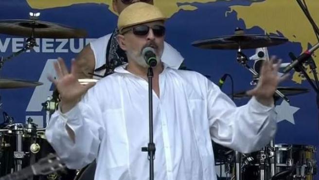 El cantante español Miguel Bosé, en el escenario del 'Venezuela Live Aid'.