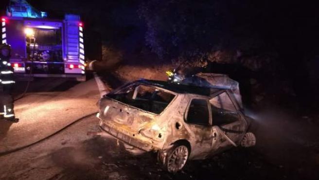Un accidente de coche deja una herida y 100 metros cuadrados de monte quemado en