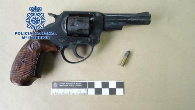 La policía detiene a dos hombres, uno por intento de atraco con un revólver y ot