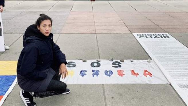 Muguruza, frente a la fachada de las Naciones Unidas y junto un cartel de apoyo a Venezuela.