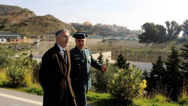 El ministro del Interior, Fernando Grande-Marlaska, durante la visita al puesto fronterizo de El Tarajal y el perímetro fronterizo de Ceuta.