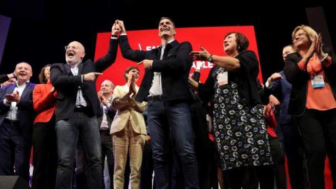 El secretario general del PSOE y presidente del Gobierno, Pedro Sánchez (c), junto al candidato socialista a la presidencia de la Comisión Europea, Frans Timmermans (i).