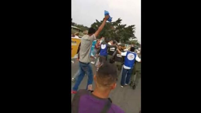 Momento en el que soldados de la Guardia Nacional Bolivariana desertan a Colombia.