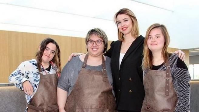 Marga Arévalo junto a Eva, María y Teresa, las jóvenes que crearán un bolso para la marca Magalie.