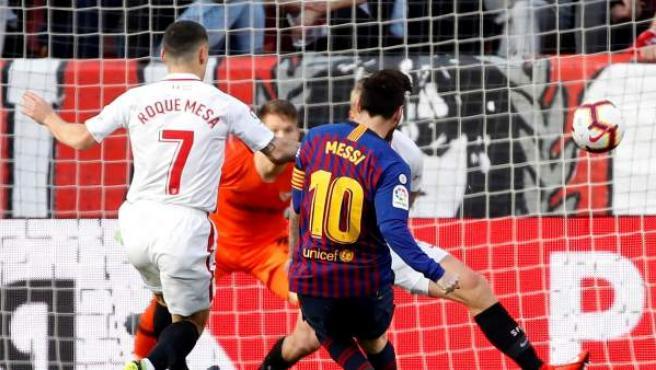 Messi marca uno de sus tres goles ante el Sevilla.