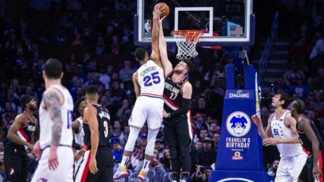 El pívot de los Blazers hace un tapón al base de los Sixers.