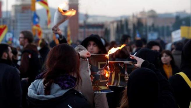 Un momento de la manifestación convocada por los CDR en protesta por la visita del rey a la cena oficial del Mobile World Congress de Barcelona.