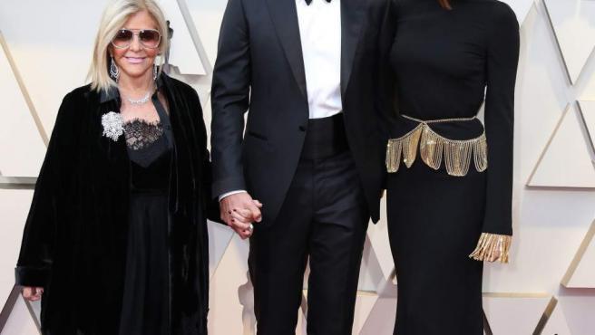 El actor Bradley Cooper (c), su madre Gloria Cooper (i) y su pareja, la modelo Irina Shayk, posan en la alfombra roja.