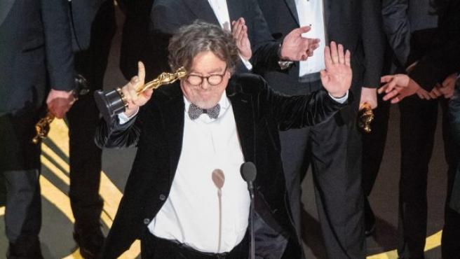 Charles B. Wessler (c) y el elenco de la película 'Green Book' agradecen el Oscar a la mejor película durante la 91 edición de estos galardones.
