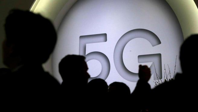 Vista de un cartel que anuncia la nueva tecnología 5G en el expositor de la compañía estadounidense Qualcomm durante la primera jornada del Mobile World Congress.