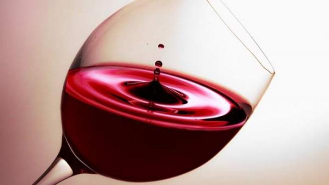 La leche quita las manchas de vino tinto.