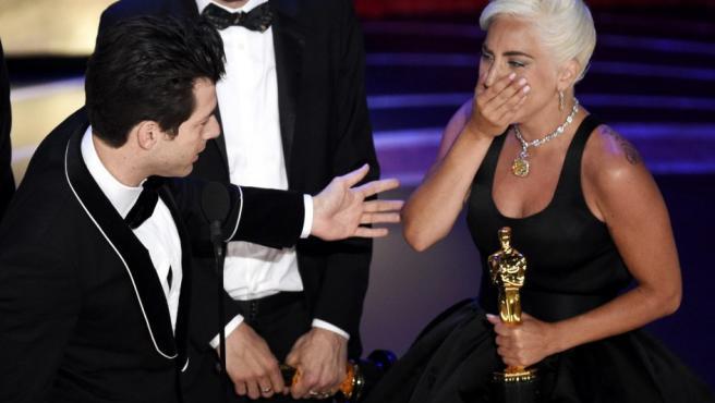 Lady Gaga, muy emocionada tras recibir el Oscar por mejor canción original para el tema 'Shallow', de la película 'Ha nacido una estrella'.
