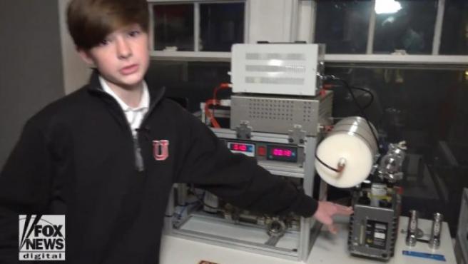 Captura de vídeo donde Jackson Oswalt explica cómo ha creado el reactor nuclear.