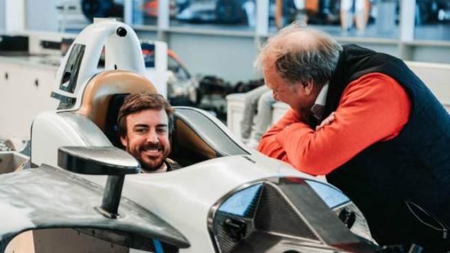 Fernando Alonso se hace el asiento para la disputa de las 500 millas de Indianápolis.