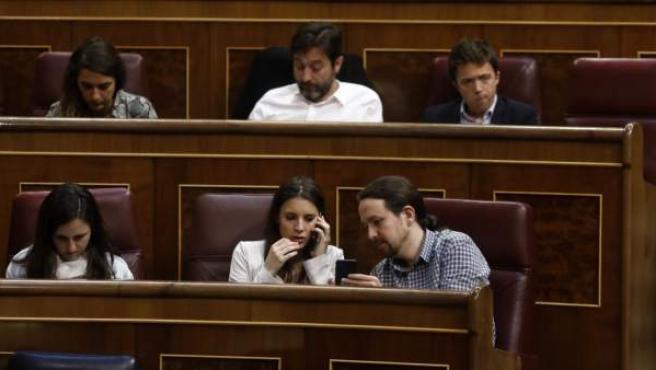 Irene Montero y Pablo Iglesias en el pleno del Congreso sobre los Presupuestos.