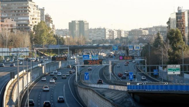 Tráfico en una de arterias de carretera de la capital madrileña.