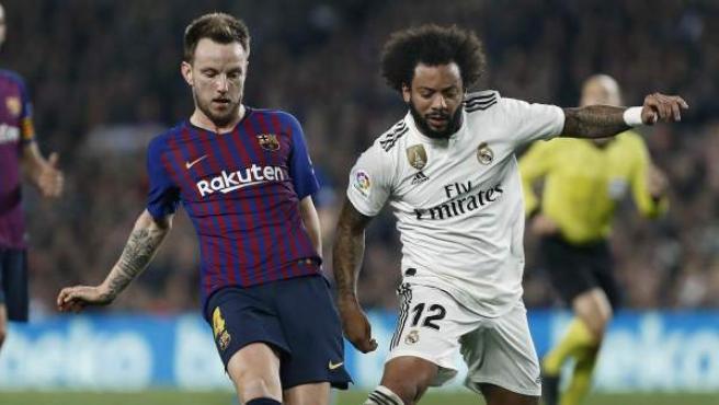 Rakitic y Marcelo pugnan por un balón en el Barcelona-Real Madrid.