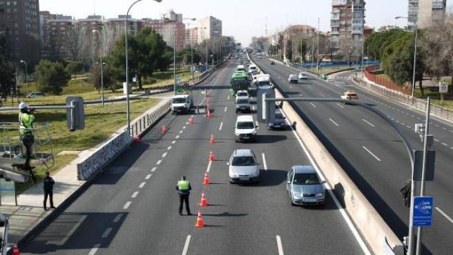 Operarios instalando los semáforos en un tramo urbano de la A-5.