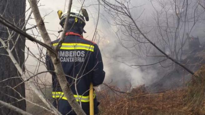 Un bombero trabaja en un incendio foretal en Cantabria.