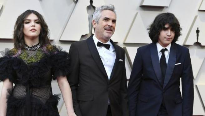 Alfonso Cuarón y sus hijos, Tess y Olmo, en la ceremonia de los Oscar.