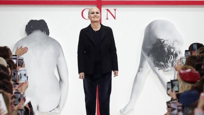 La diseñadora italiana Maria Grazia Chiuri posa tras la presentación de se colección otoño-invierno 2019/20 de moda femenina para la marca francesa Dior.