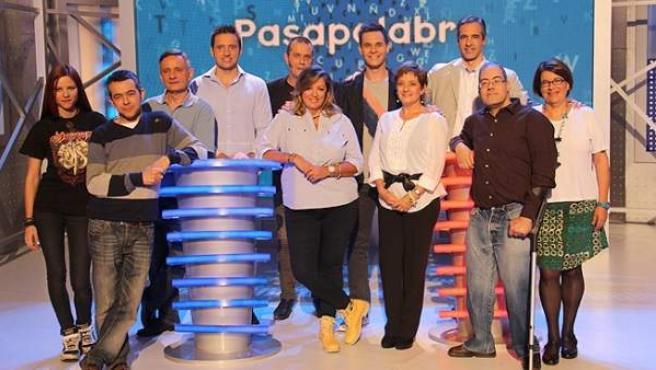 El presentador Christian Gálvez junto a los 10 concursantes del especial por los 2.000 programas de Pasapalabra.