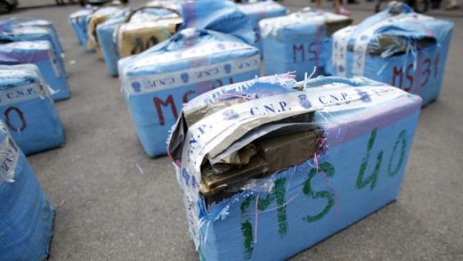 Varios de los fajos de hachís incautados por la Policía en una operación contra el narcotráfico llevada a cabo en Cataluña y Andalucía.