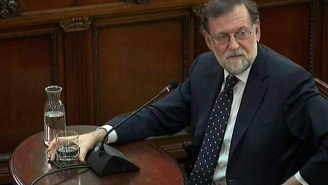 """Imagen de la señal institucional del Tribunal Supremo del expresidente del Gobierno, Mariano Rajoy declarando este miércoles como testigo en el juicio del """"procés""""."""