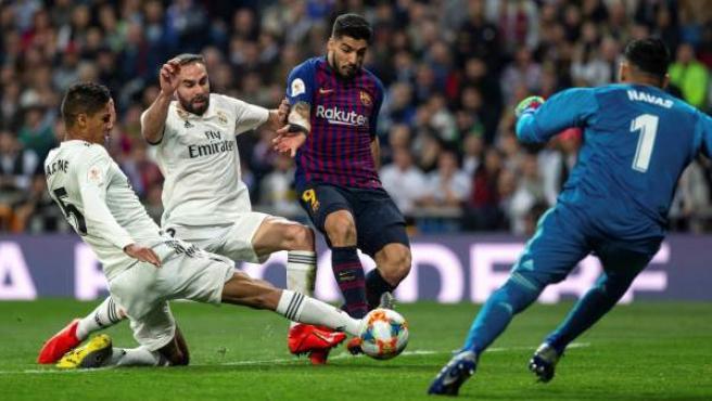 Varane, durante la vuelta de semifinales de la Copa del Rey entre Real Madrid y Barcelona