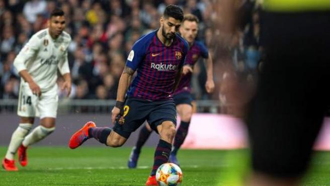 Suárez marca un penalti a lo Panenka en el Bernabéu