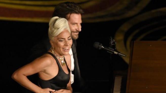 Lady Gaga y Bradley Cooper interpretan la canción 'Shallow', de la película 'Ha nacido una estrella', durante la gala de la 91 edición de los Oscar.