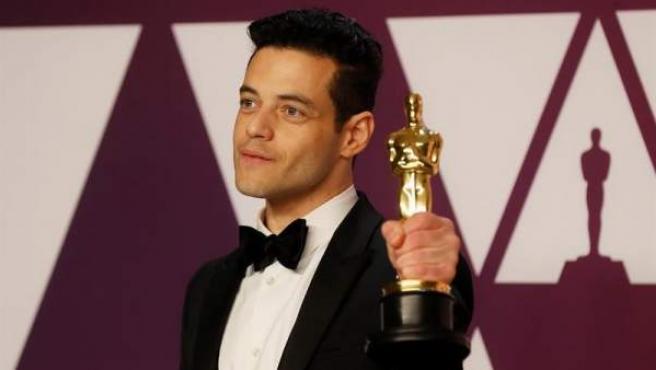 Rami Malek, con el Oscar al mejor actor protagonista, en el Dolby Theatre de Los Ángeles.