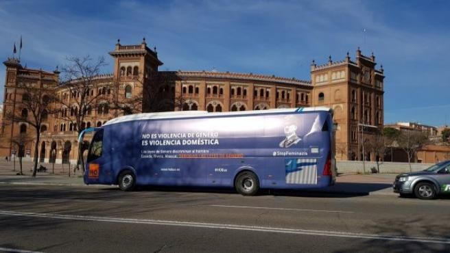 La asociación HazteOir.org vuelve a las calles con un nuevo autobús. La campaña tiene como objetivo pedir a los líderes del Partido Popular, Vox y Ciudadanos que se comprometan a derogar las leyes de género.