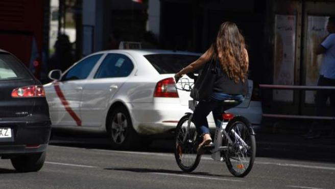 Chica montando en bicicleta en Madrid