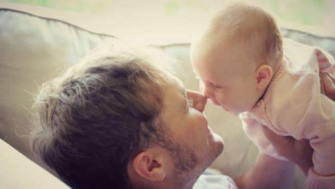 El Gobierno ha ampliado la duración de los permisos de paternidad.