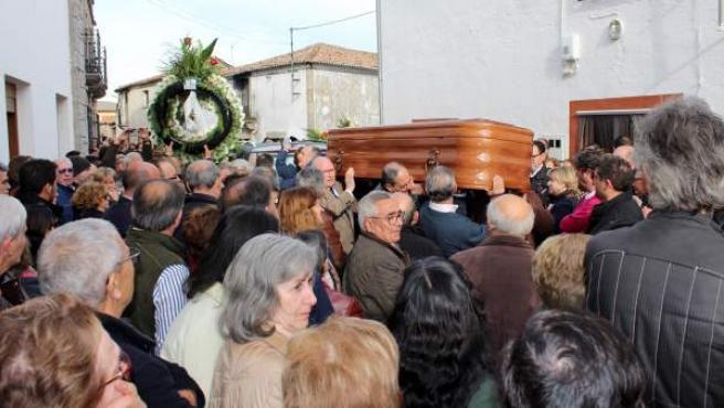 Momento de la salida del féretro del ayuntamiento de Casillas de las Flores (Salamanca) del exconcursante de 'Boom' José Pinto.