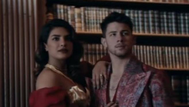 Los Jonas Brothers estrenas 'Sucker' su nuevo videoclip junto a sus parejas