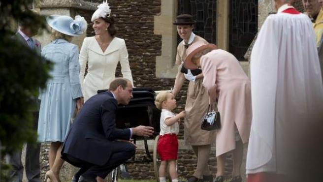 María Teresa Turrión Borrallo, en el centro, con el pequeño George, los duques de Cambridge y la reina Isabel II.