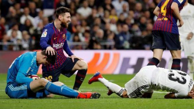 Messi consuela a Courtois con Reguilón en el suelo.