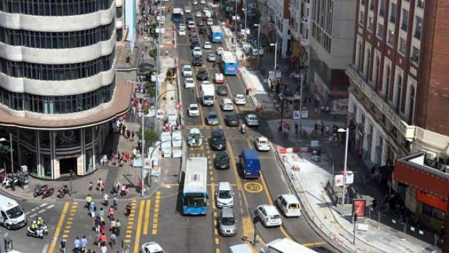 Autobuses y coches circulando por la Gran Vía.
